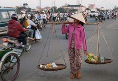 Kvinna med korgar i Vietnam Arkivbilder