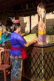 Kvinna med korgen i händerna Royaltyfri Bild