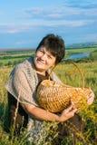 Kvinna med korgen på äng Arkivbilder