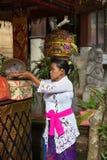 Kvinna med korgen på huvudet Royaltyfria Foton