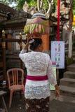 Kvinna med korgen på huvudet Arkivfoton