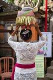 Kvinna med korgen på huvudet Royaltyfri Bild