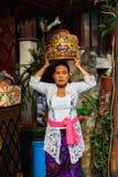 Kvinna med korgen på huvudet Arkivfoto