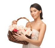 Kvinna med korgen som är full av blommor Royaltyfri Foto