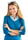 Kvinna med korsade händer som isoleras på vit bakgrund arkivbild