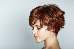 Kvinna med kort frisyr royaltyfri bild