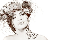 Kvinna med kransen på hennes huvud arkivfoto