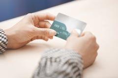 Kvinna med kreditkortar Arkivbilder