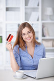 Kvinna med kreditkorten Arkivbild