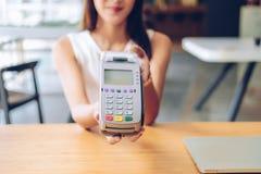 Kvinna med kreditkorten som nallar maskinen shoppa livsstil & betalning med nfcteknologi arkivfoton