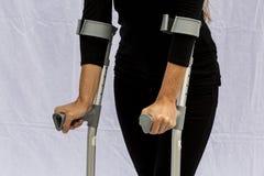 Kvinna med kryckor Arkivbild