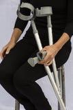 Kvinna med kryckor Arkivfoton