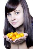 Kvinna med kumquats Royaltyfri Foto
