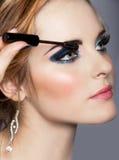 Kvinna med lång ögonfrans och mascara arkivbild