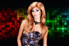 Kvinna med långa röda hår över konstpartibakgrund Royaltyfria Foton