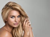 Kvinna med långt blont hår Arkivfoto