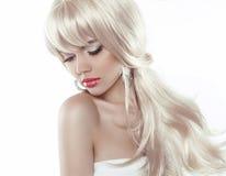 Kvinna med långt blont hår för skönhet som isoleras på vit bakgrund, Arkivbild