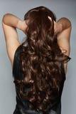 Kvinna med långt brunt lockigt hår arkivbilder