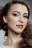 Kvinna med långt lockigt hår Arkivfoton