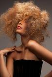 Kvinna med långt lockigt hår royaltyfria bilder