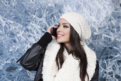 Kvinna med leende genom att använda en smart telefon Royaltyfria Foton