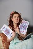 Kvinna med leka kort Arkivfoto