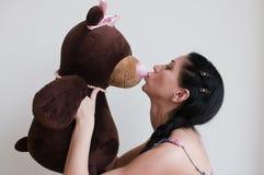 Kvinna med leksakbjörnen Arkivfoto