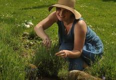 Kvinna med levander Fotografering för Bildbyråer