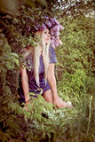 Kvinna med lila blommor Arkivbilder
