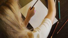 Kvinna med lilla flickan som drar på papper stock video