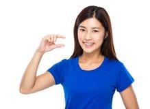 Kvinna med litet avstånd för fingershow Arkivfoto