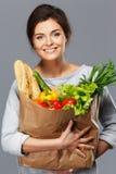 Kvinna med livsmedelsbutikpåsen Arkivbilder