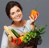 Kvinna med livsmedelsbutikpåsen Royaltyfri Bild