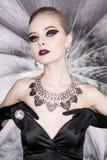 Kvinna med ljus makeup och med uppsättningsmycken Royaltyfri Fotografi