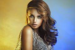 Kvinna med lockigt hår fotografering för bildbyråer