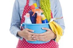 Kvinna med lokalvårdutrustning som är klar att göra ren huset Royaltyfri Fotografi