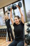 Kvinna med lyftande vikter Arkivbilder