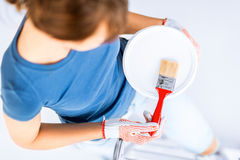 Kvinna med målarpensel- och målarfärgkrukan Royaltyfria Foton
