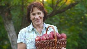 Kvinna med många äpplen stock video