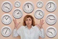 Kvinna med många klockor royaltyfria bilder