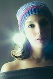 Kvinna med mörkt hår och en färgrik hatt Arkivbilder