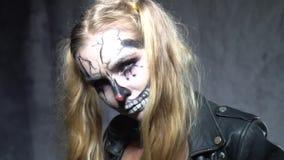 Kvinna med makeup för clownskalleallhelgonaafton stock video