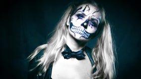 Kvinna med makeup för clownskalleallhelgonaafton lager videofilmer