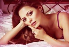 Kvinna med makeup i lyxiga smycken Royaltyfria Bilder