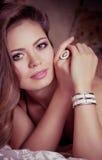 Kvinna med makeup i lyxiga smycken Arkivfoto