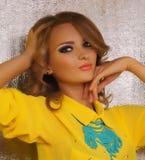 Kvinna med makeup och dyrbara garneringar Royaltyfri Fotografi