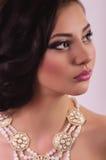 Kvinna med makeup och dyrbara garneringar Royaltyfria Bilder
