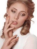 Kvinna med makeup och dyrbara garneringar royaltyfri bild