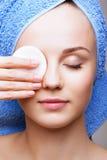 Kvinna med makeupbomullsblocket Fotografering för Bildbyråer