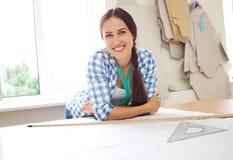 Kvinna med mallar och linjal Arkivbild